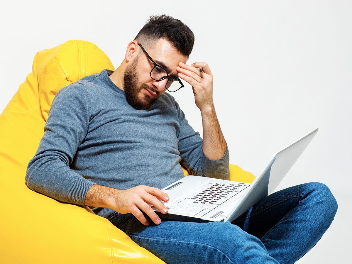Como trabalhar o dia inteiro sentado prejudica o corpo?