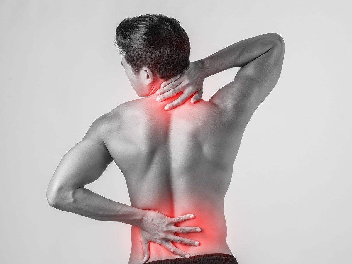 Estou com dor muscular: devo voltar ao treino ou é melhor descansar?