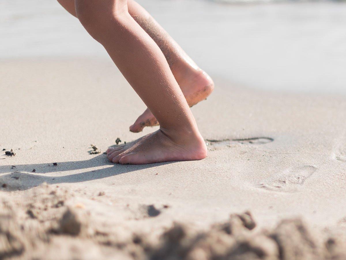 Papais e mamães, estimule seu filho a andar descalço!